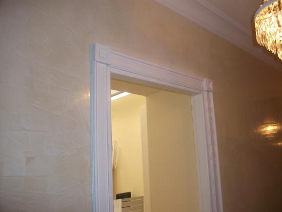 Contorno porta in gesso con stucco veneziano sulle pareti - Stucchi decorativi per pareti ...